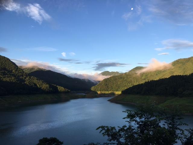 朝の神流湖